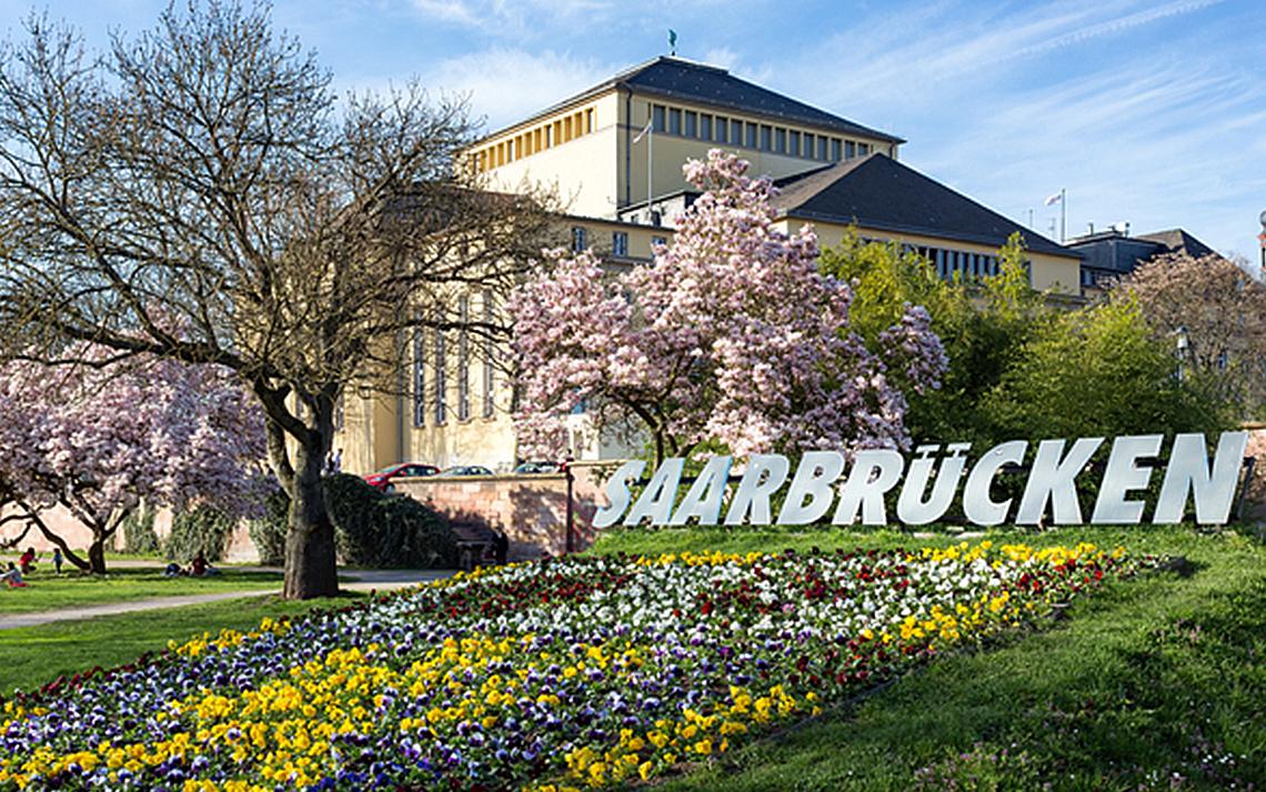 Blütenpracht am Staatstheater in Saarbrücken (Quelle: bildtankstelle.de)